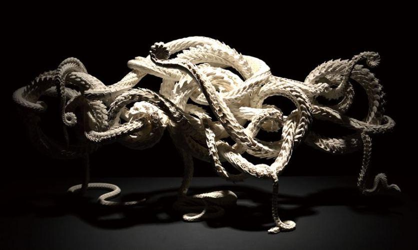 estatua-monstruo-odani-motohiko-exposicion-totenart-material-bellas-artes